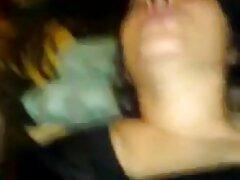 زیبایی جوان گربه صورتی را با انگشتان دست و ویبراتور فشرده می بکن بکن فیلم کند