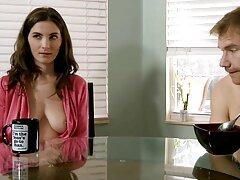 پرستار بچه جوان در رابطه جنسی یک بازی سکسی بکن بکن زن و شوهر محروم شرکت می کند