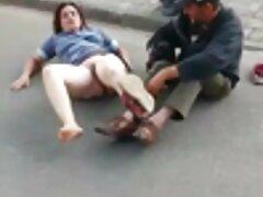 یک عوضی جوان که با پاهایش دراز کشیده است توسط سوپرکس بکن بکن مرد سیاه پوشیده و لعنتی شده است