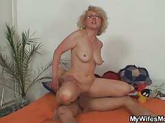 دختر جوان آبنوس سکسی سکسی بکن بکن سعی می کند دیک مرد را طاس کند