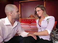 زوج های سکسی دوربین مخفی آماتور که روی یک مبل در یک صندلی نشسته فیلم سکسی بکن بکن اند
