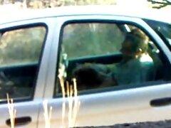 بیدمشک لعنتی از یک دختر جوان ژاپنی با بی شرمانه یک لعاب ویبراتور در ماشین می بکن بکن فیلم شود