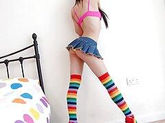زن فرانسوی بالغ در جوراب ساق بلند ، شورت را به طرف سمت و بکن بکن سکسی یک ویبراتور به بیدمشک می کشد