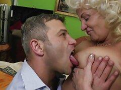 دیک مرد در دهان یک زن بالغ در فیلم های بکن بکن خارجی بالکن فوران کرد