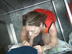 دختر جوان در فیلم های بکنبکن حمام نوشیدن و فشردن بیدمشک خیس