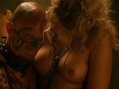 مرد یک بلوند جوان را که در جنگل استمناء کرده بود گرفت و به جای دیلدو ، پخش فیلم سکسی بکن بکن آلت تناسلی را ارائه داد